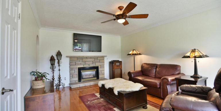 09-835-4 Living Room 1