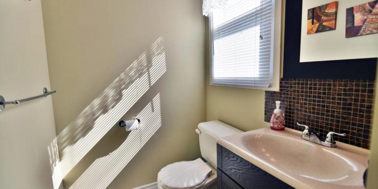 27 1 Aldershot Ave Brockville-large-011-005-Bathroom-1500x1000-72dpi